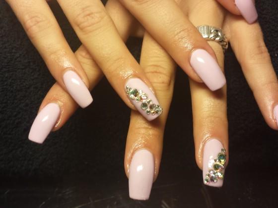 Acryl op de natuurlijke nagel met gellak en stenen